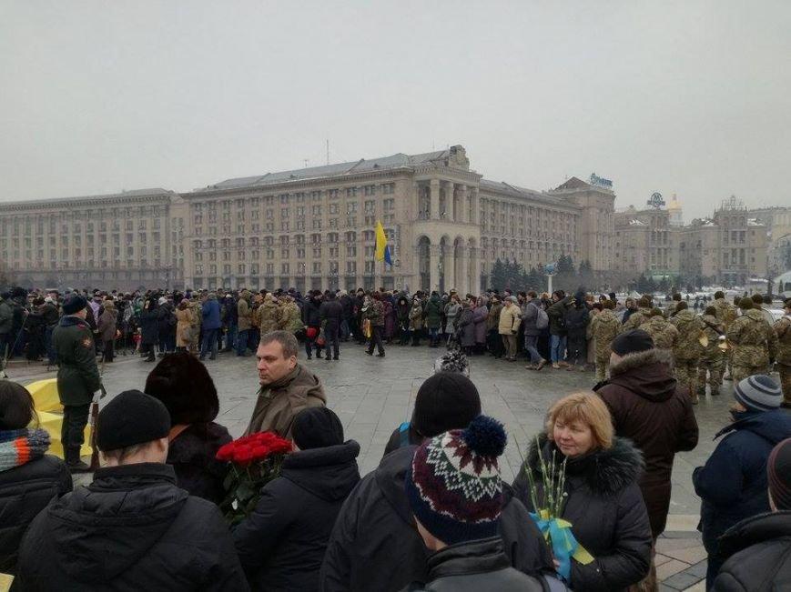 На Майдане более 2 тыс. человек прощаются с бойцами, погибшими под Авдеевкой (ФОТО), фото-3