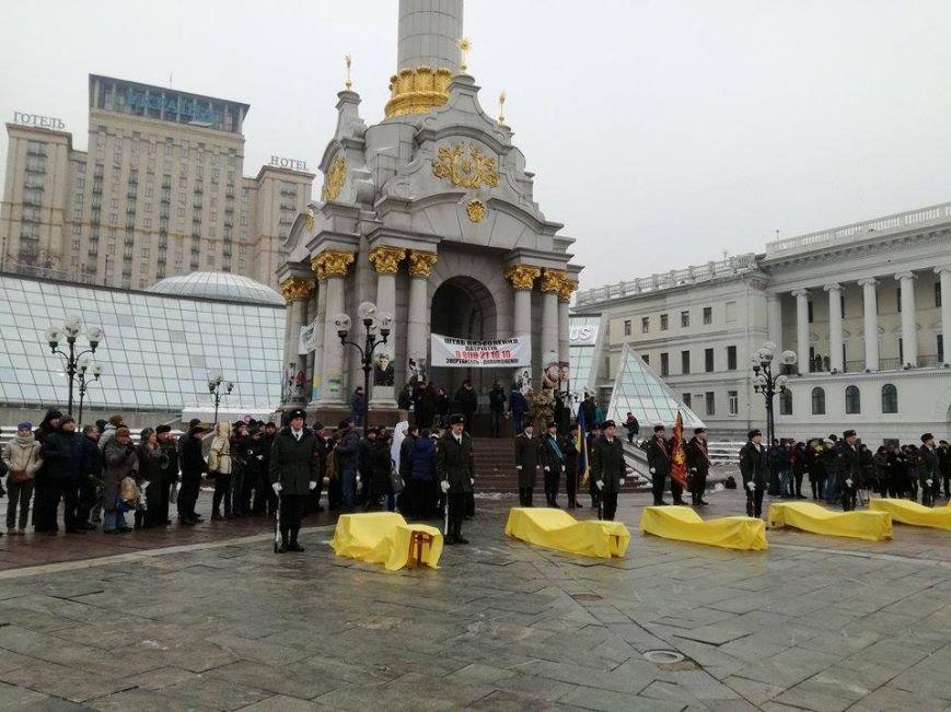 На Майдане более 2 тыс. человек прощаются с бойцами, погибшими под Авдеевкой (ФОТО), фото-1