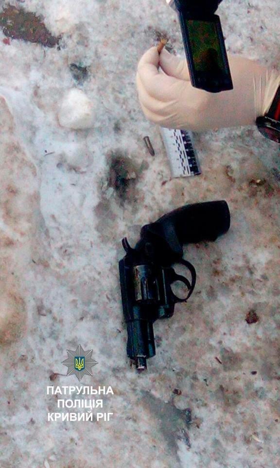 """Криворожанин """"спрятал"""" пистолет к себе за пояс и разгуливал по району (ФОТО), фото-2"""