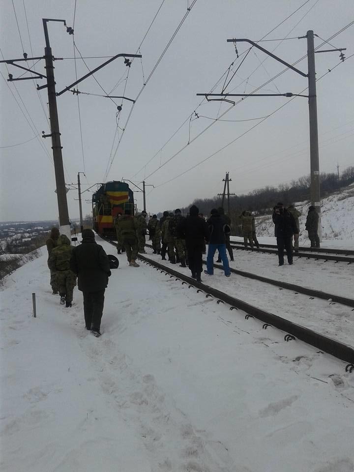 Активисты из Мариуполя перекрыли движение на железнодорожной станции в Бахмуте (ФОТО+Дополняется), фото-3