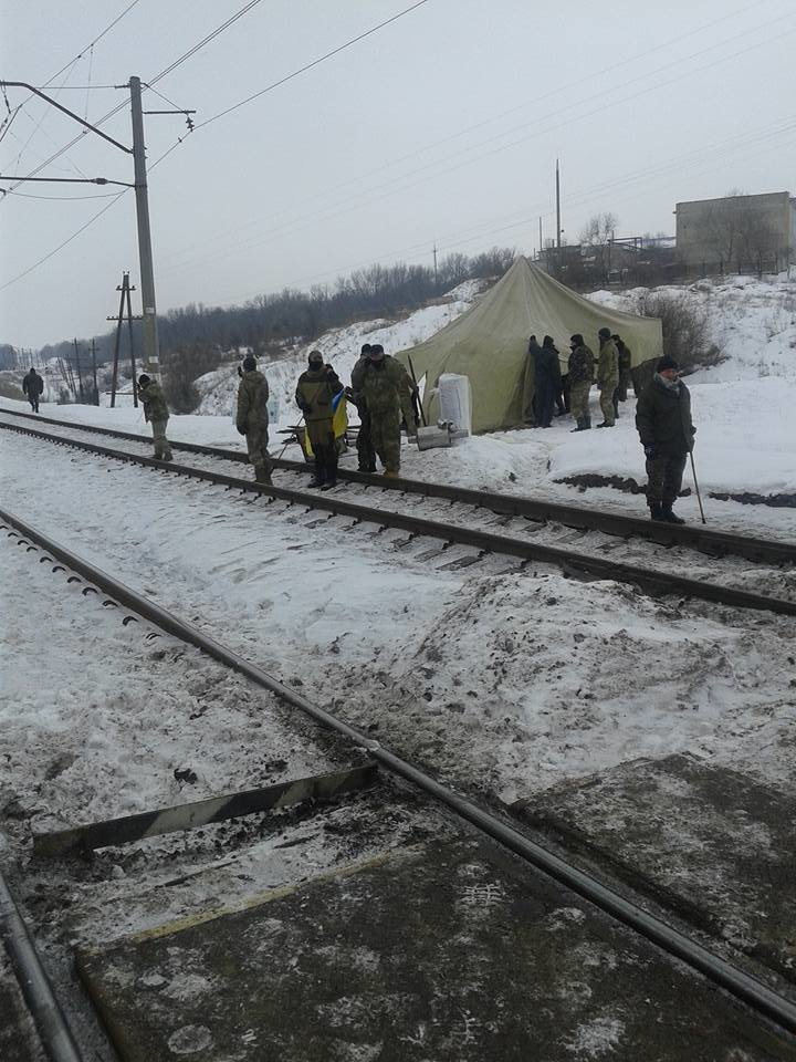 Активисты из Мариуполя перекрыли движение на железнодорожной станции в Бахмуте (ФОТО+Дополняется), фото-2