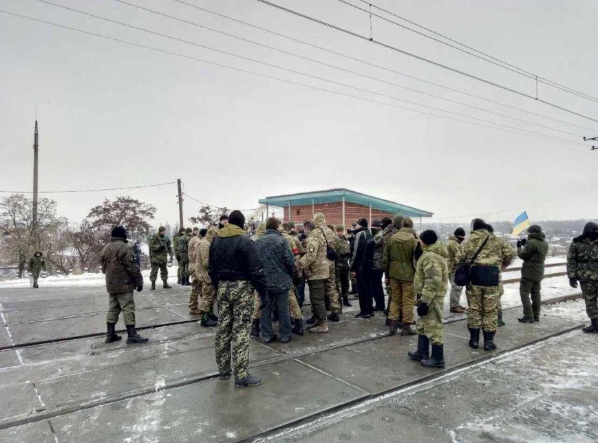 Полицейских на Донетчине подняли по тревоге из-за активистов, блокирующих железную дорогу (ФОТО), фото-3