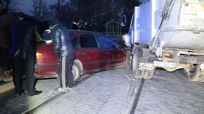 В Мариуполе мусоровоз и иномарка столкнулись на трамвайных путях (ФОТО), фото-9