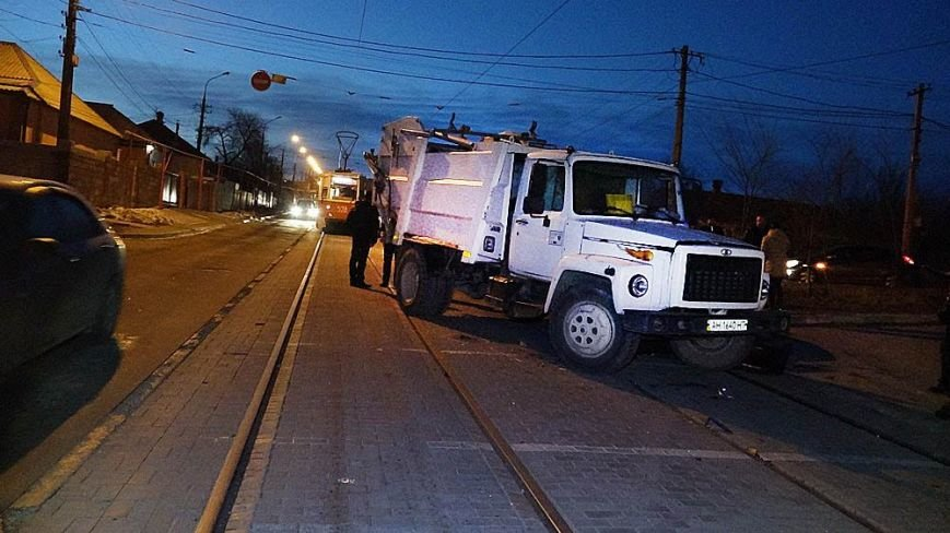 В Мариуполе мусоровоз и иномарка столкнулись на трамвайных путях (ФОТО), фото-3