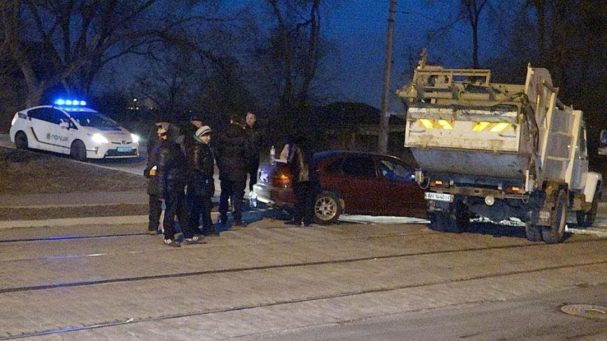 В Мариуполе мусоровоз и иномарка столкнулись на трамвайных путях (ФОТО), фото-1