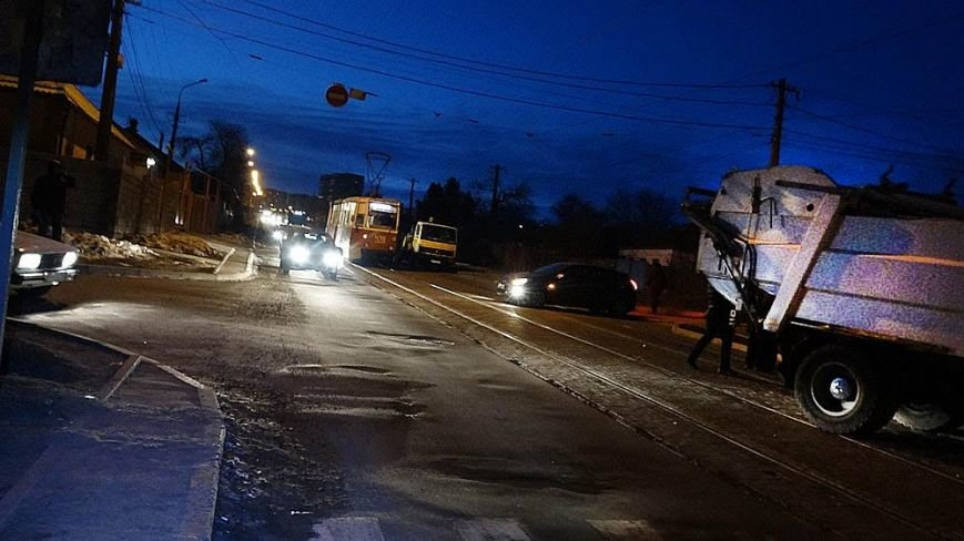 В Мариуполе мусоровоз и иномарка столкнулись на трамвайных путях (ФОТО), фото-2