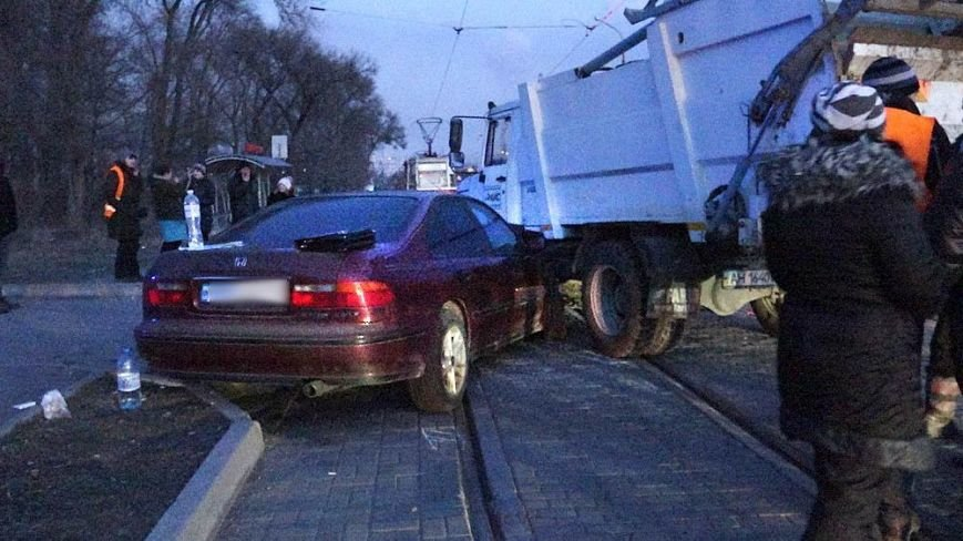 В Мариуполе мусоровоз и иномарка столкнулись на трамвайных путях (ФОТО), фото-10