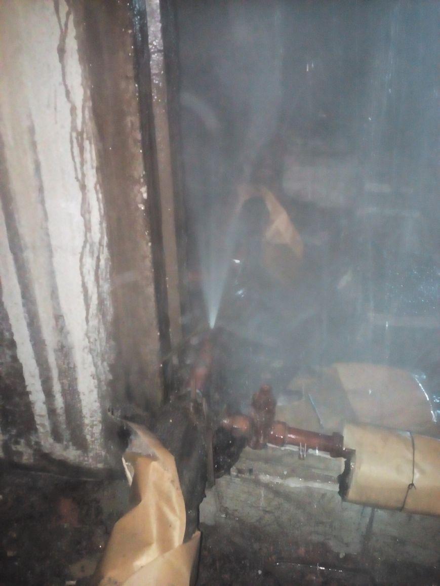 1 В результате прорыва трубы отопления на чердаке по подъезду ручьями текла вода, были затоплены квартиры.