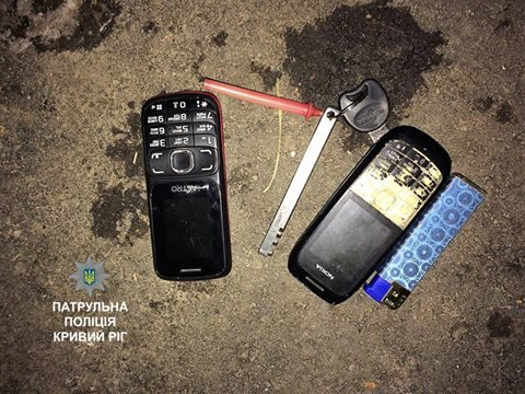 Ночной патруль: В Кривом Роге задержали парней с полными карманами наркотиков и краденым телефоном (ФОТО), фото-3