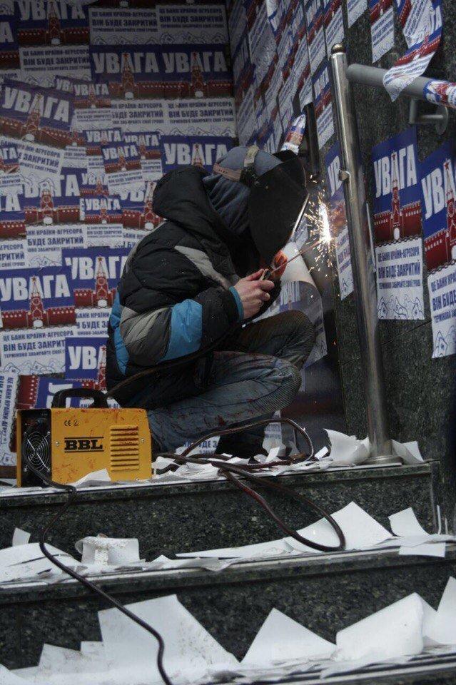 """В Киеве активисты залили """"кровью"""" и заварили двери """"Проминвеста"""" (ФОТО), фото-4"""