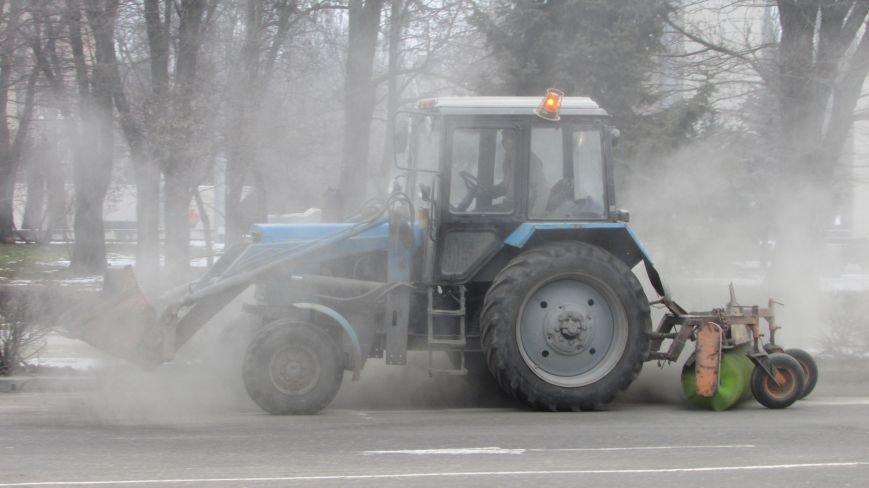 С улиц Мелитополя убирают солевую смесь и грунт, фото-1