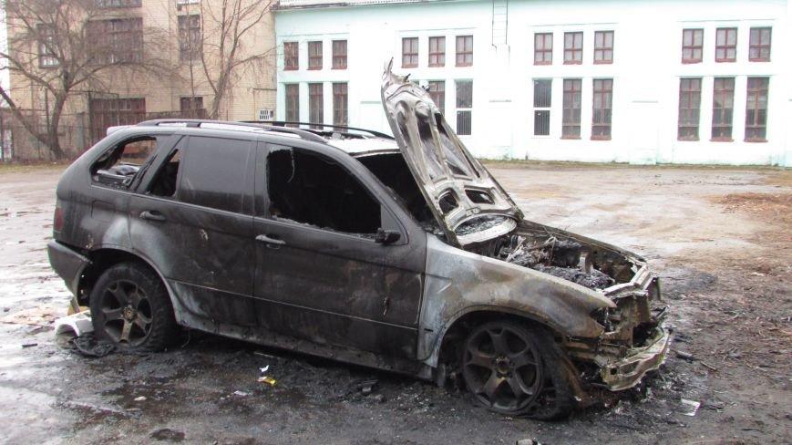 Полиция будет выяснять, по какой причине сгорел внедорожник (фото), фото-1