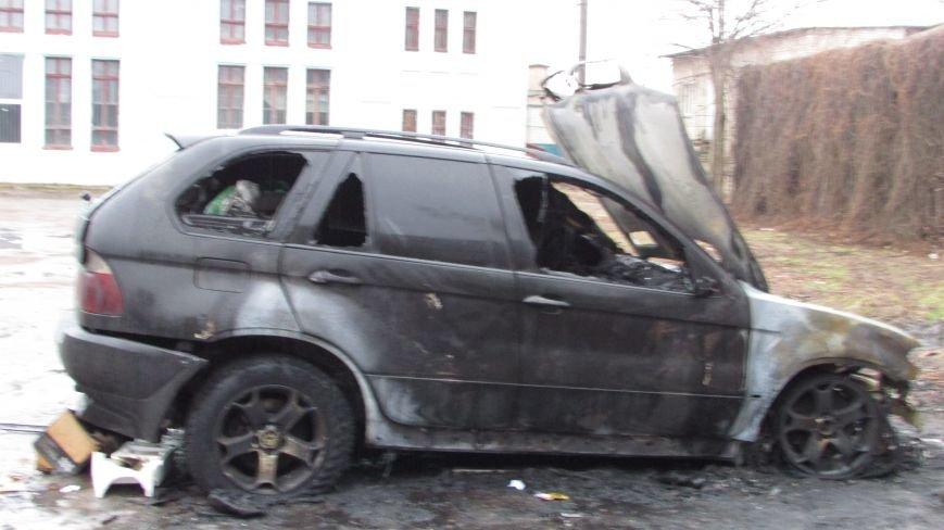 Полиция будет выяснять, по какой причине сгорел внедорожник (фото), фото-5
