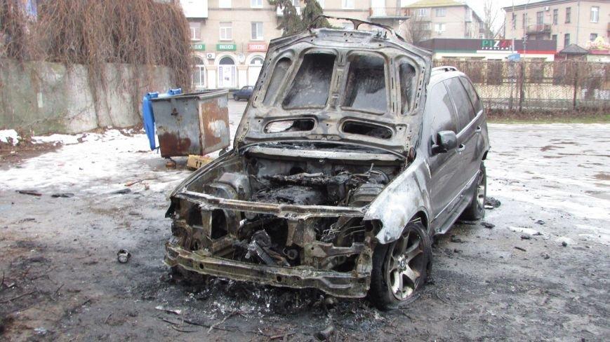 Полиция будет выяснять, по какой причине сгорел внедорожник (фото), фото-2