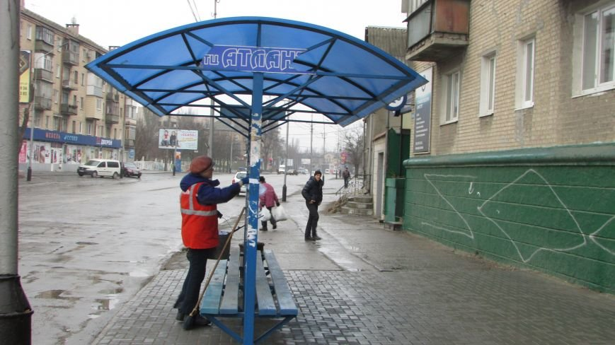 В Мелитополе продолжают уродовать остановки общественного транспорта, фото-1