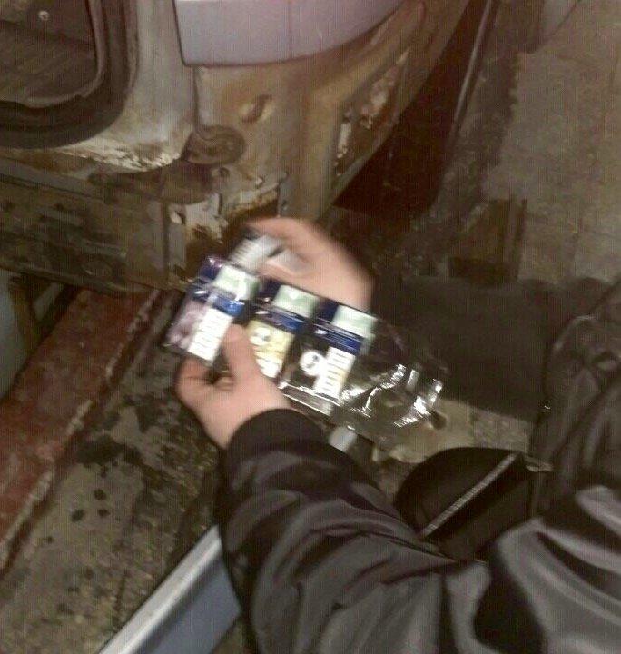 """У паливному баці """"Мерседеса"""" митники знайшли близько тисячі пачок сигарет: фото, фото-2"""