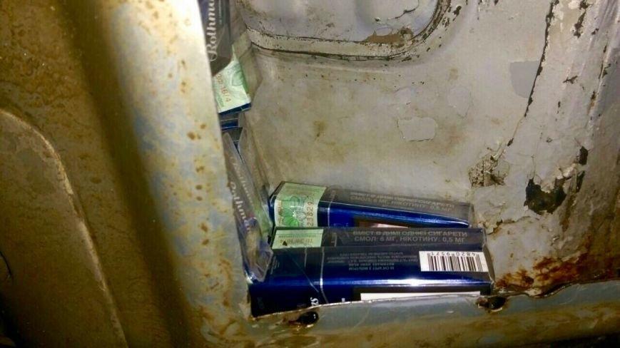 """У паливному баці """"Мерседеса"""" митники знайшли близько тисячі пачок сигарет: фото, фото-4"""