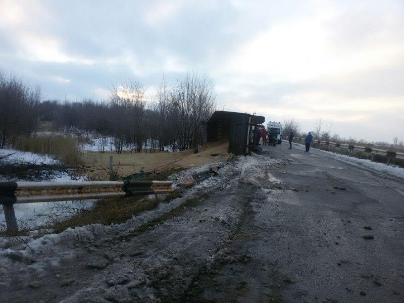 """На автодороге """"Кривой Рог - Николаев"""" перевернулся грузовик (ФОТО), фото-2"""