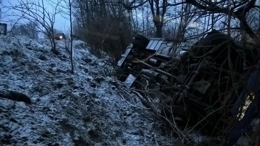 """На Рахівщині автобус """"Ясіня-Ужгород"""" зірвався з 15-метрового урвища - є постраждалі: фото, фото-2"""