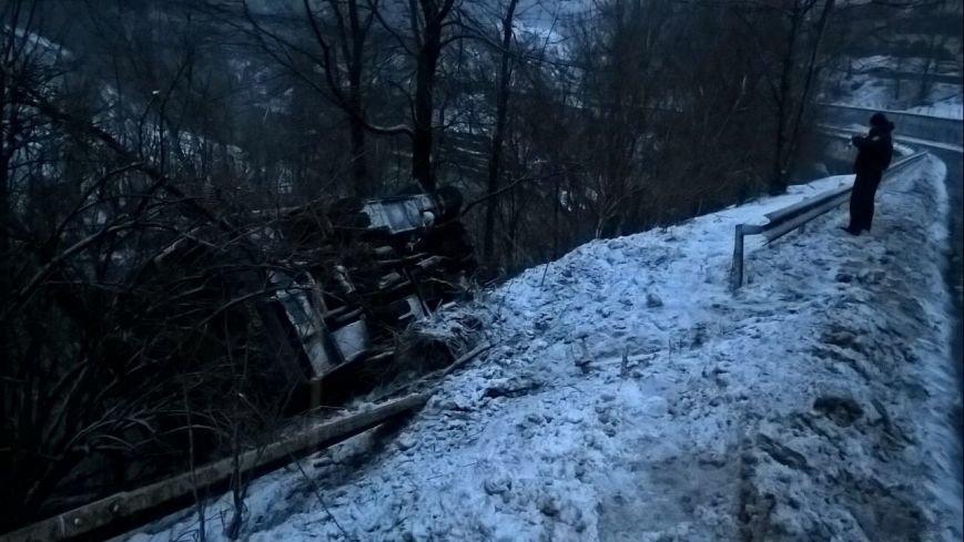 """На Рахівщині автобус """"Ясіня-Ужгород"""" зірвався з 15-метрового урвища - є постраждалі: фото, фото-3"""
