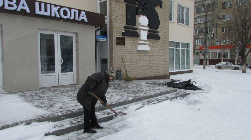 Мелитопольцы помогают дворникам расчищать снег и читают стихи о зиме (видео), фото-2