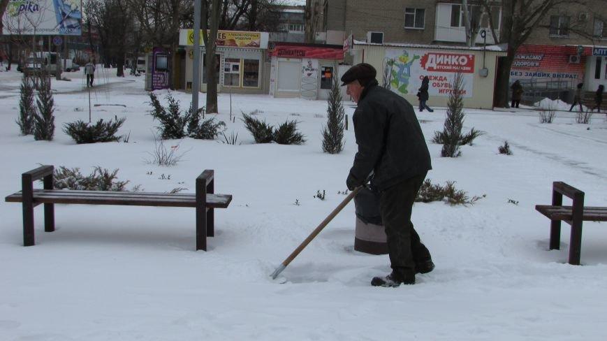 Мелитопольцы помогают дворникам расчищать снег и читают стихи о зиме (видео), фото-3