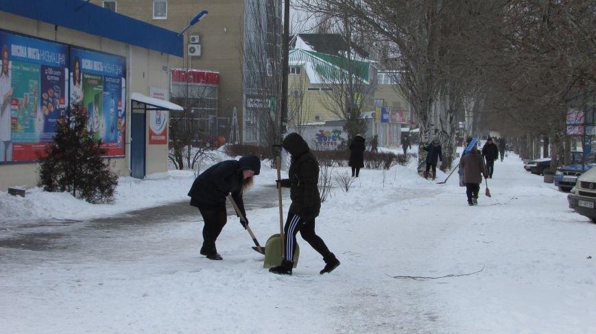 Мелитопольцы помогают дворникам расчищать снег и читают стихи о зиме (видео), фото-1