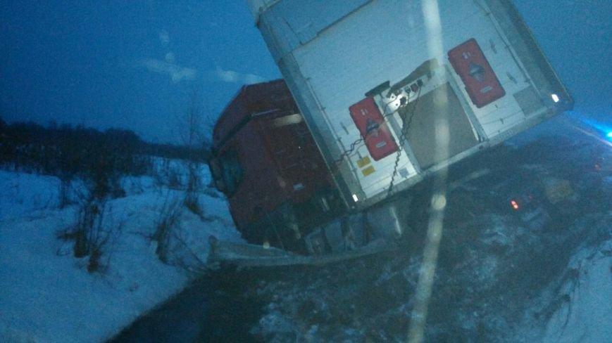 На Закарпатті водій фури не справився із керуванням і злетів у кювет: фото, фото-5
