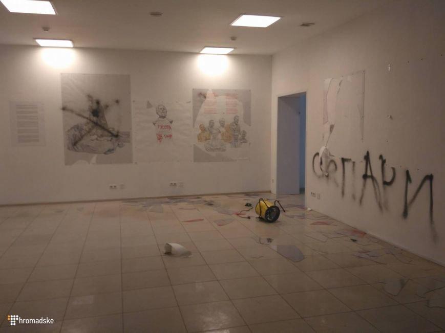 В Киеве националисты разрушили выставку современного искусства (ФОТО), фото-3