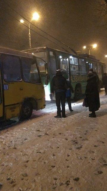 Заснежило в Мариуполе: автомобилисты буксовали, жители падали и отмораживали руки (ФОТО), фото-2