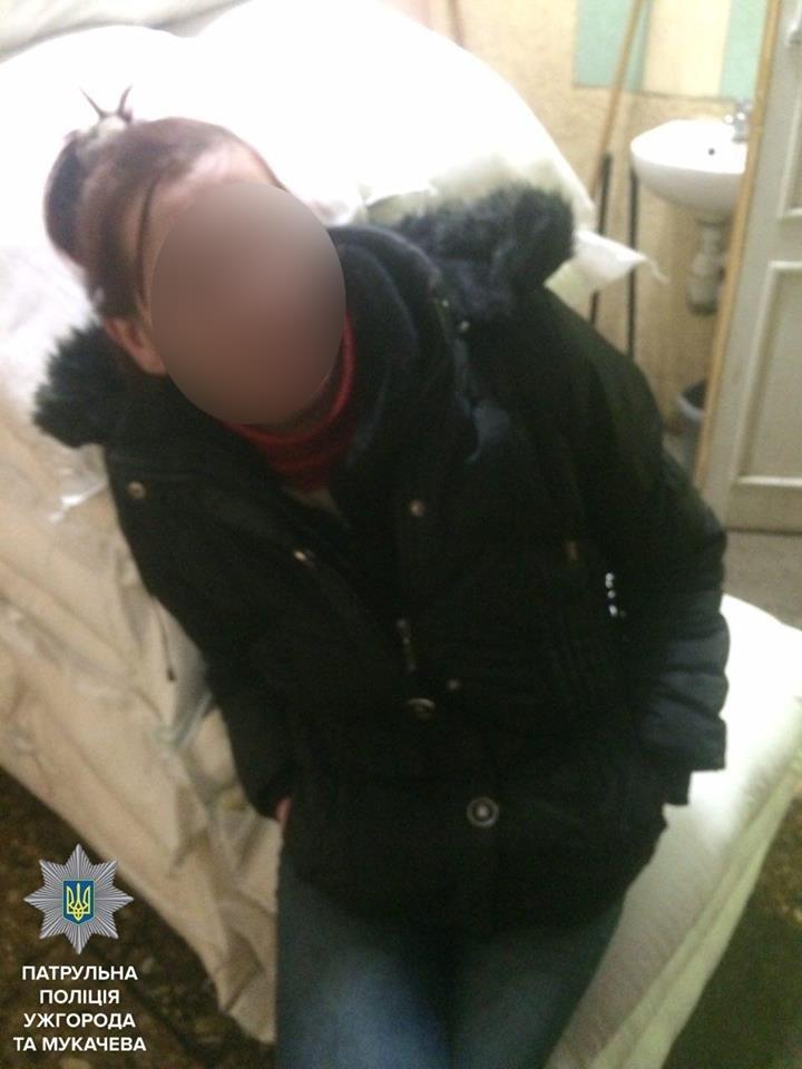 Патрульні затримали жінку, яка систематично крала із скриньок для зберігання речей в ужгородькому супермаркеті: фото, фото-1