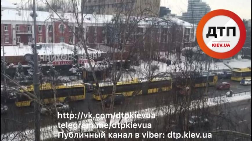 На Печерске пассажиры толкали неисправный троллейбус (ФОТО), фото-1