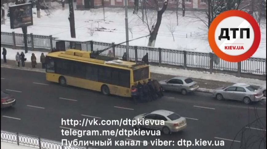На Печерске пассажиры толкали неисправный троллейбус (ФОТО), фото-2