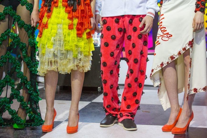 В Киеве провели эпатажное дефиле в костюмах из презервативов (ФОТО), фото-3