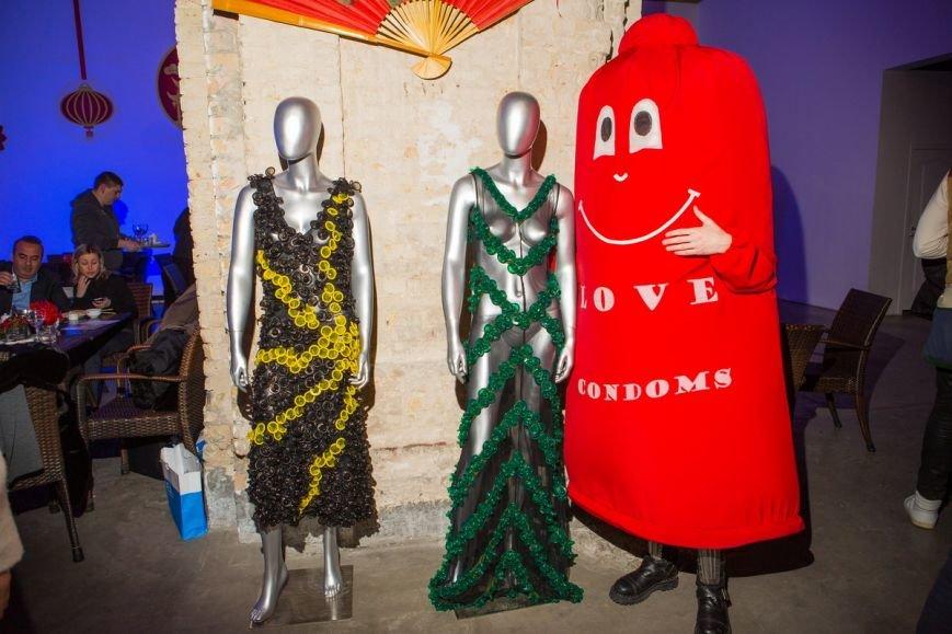 В Киеве провели эпатажное дефиле в костюмах из презервативов (ФОТО), фото-8