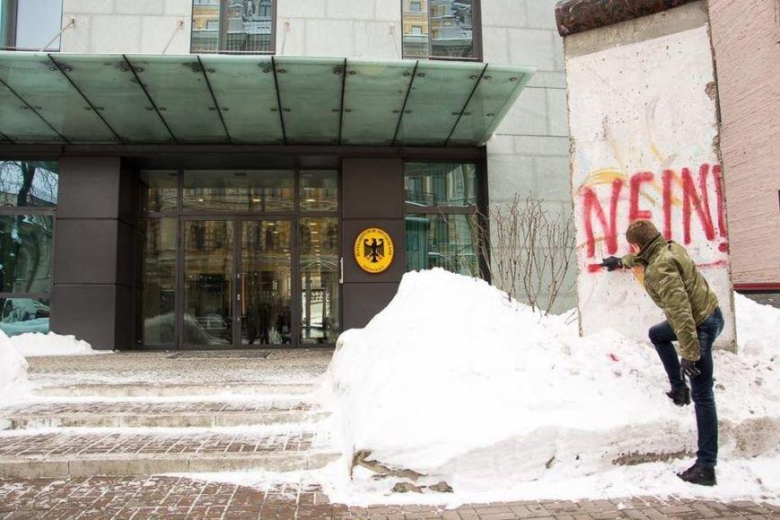 В Киеве нардеп обрисовал кусок Берлинской стены у посольства ФРГ (ФОТО), фото-1