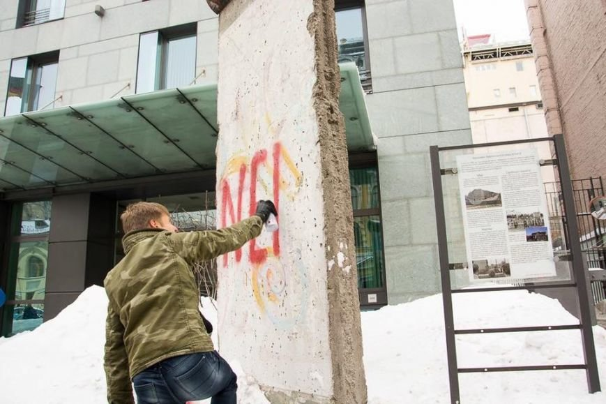 В Киеве нардеп обрисовал кусок Берлинской стены у посольства ФРГ (ФОТО), фото-2