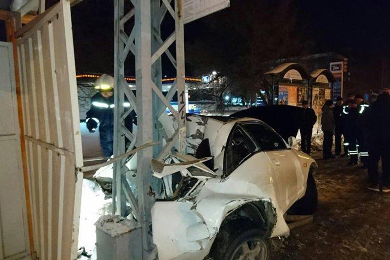 В Белгороде иномарка вылетела на тротуар и врезалась в опору ЛЭП, фото-1