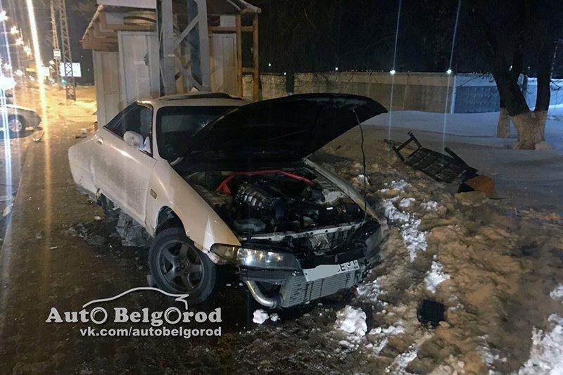 В Белгороде иномарка вылетела на тротуар и врезалась в опору ЛЭП, фото-2