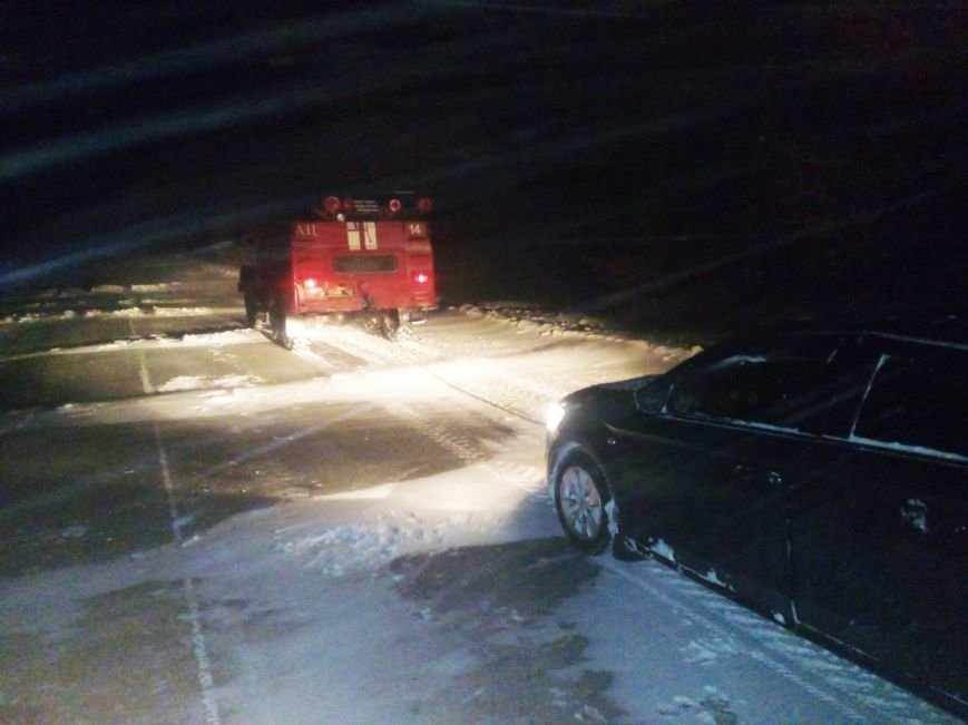 За 2 дні рятувальники Хмельниччини витягли зі снігових заметів 40 автомобілів, фото-2