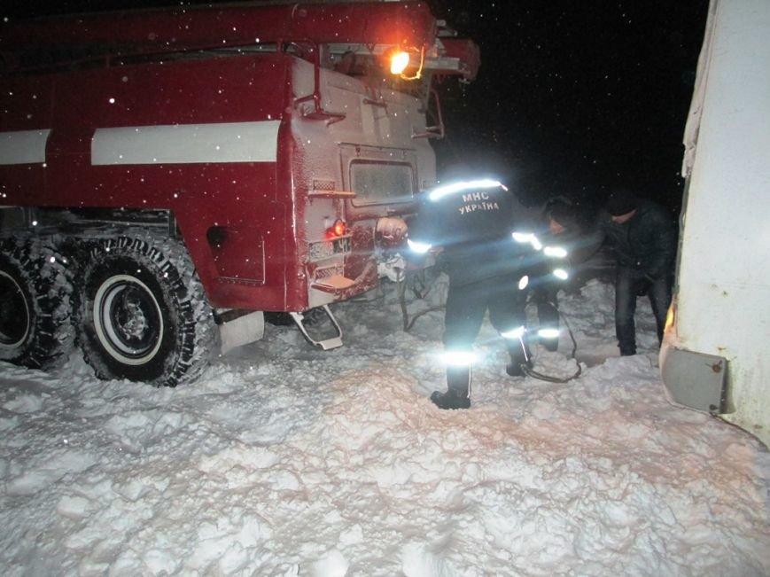Упродовж доби рятувальники 17 разів виїжджали для надання допомоги водіям, які потрапили у снігові замети, фото-1