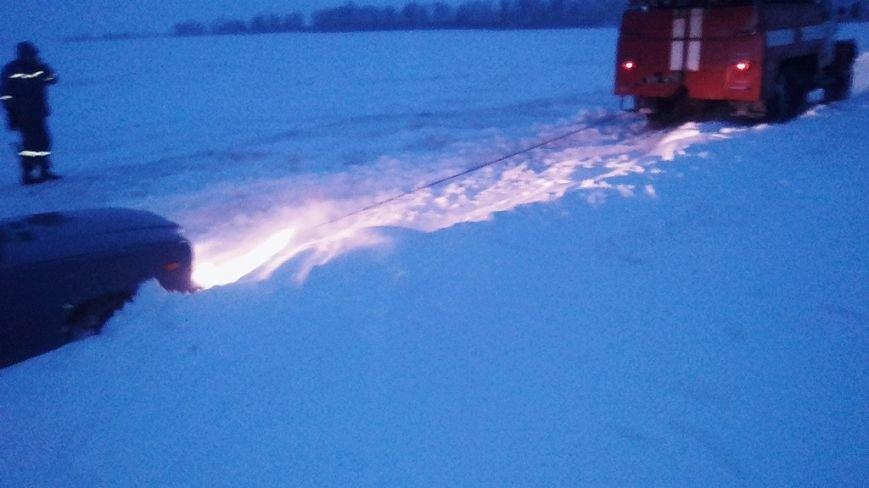 Упродовж доби рятувальники 17 разів виїжджали для надання допомоги водіям, які потрапили у снігові замети, фото-2