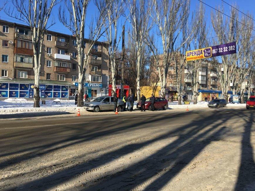 В центре Кривого Рога под колеса грузовика попал криворожанин, пьющий кофе (ФОТО), фото-19