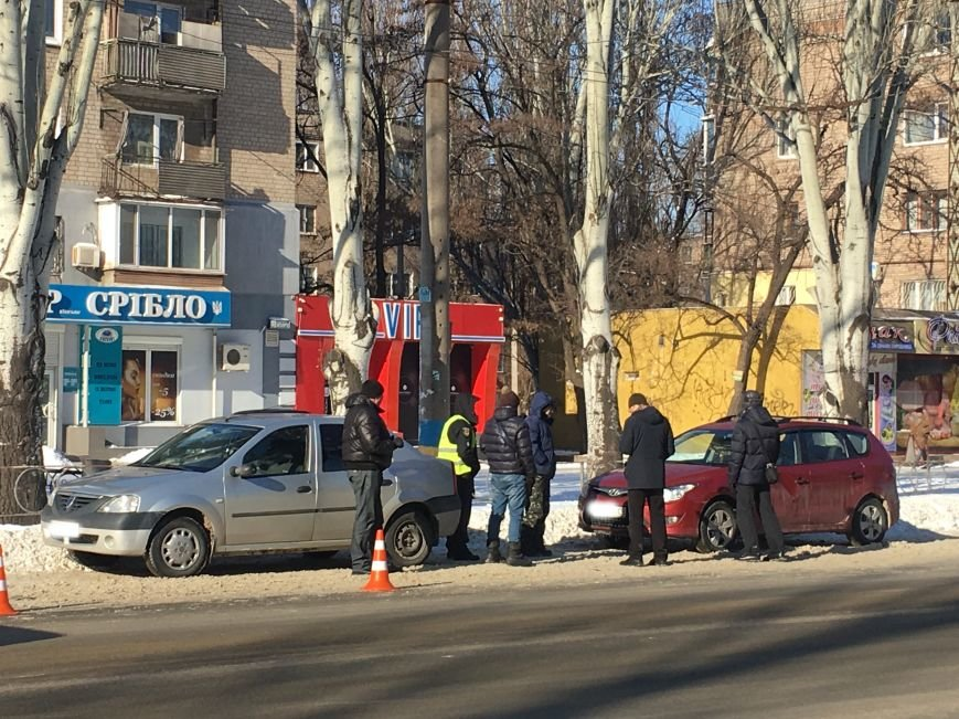 В центре Кривого Рога под колеса грузовика попал криворожанин, пьющий кофе (ФОТО), фото-2