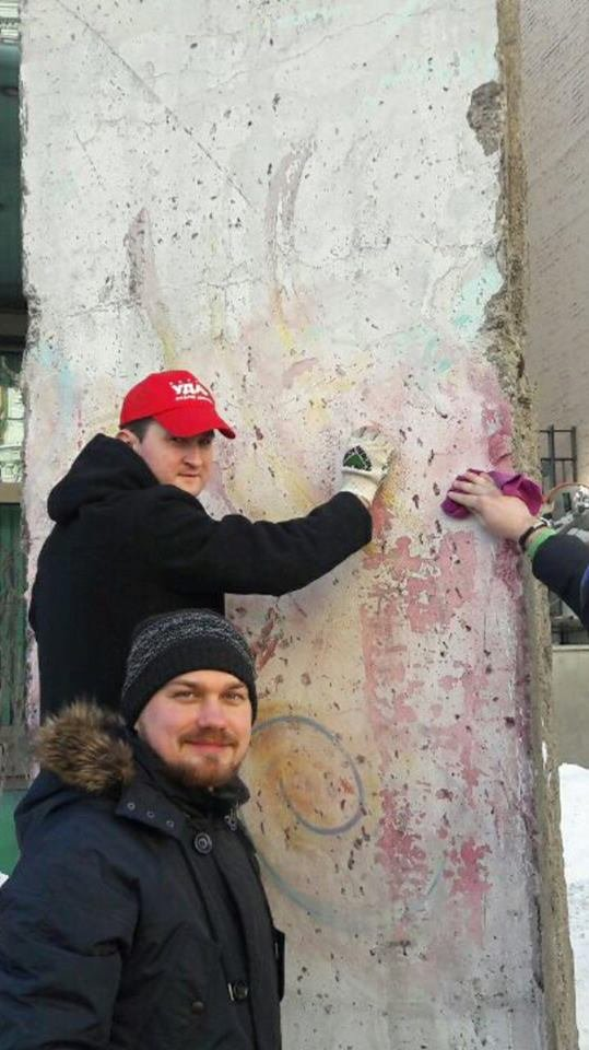 Киевляне отчистили кусок Берлинской стены у посольства (ФОТО), фото-2
