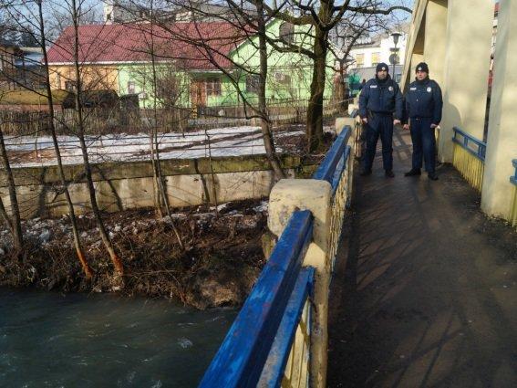 На транспортному мості в Іршаві врятували жінку від самогубства: фото, фото-2