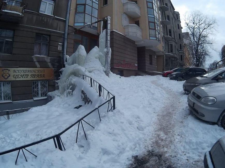 В Киеве посреди улицы выросла гигантская сосулька (ФОТО), фото-1