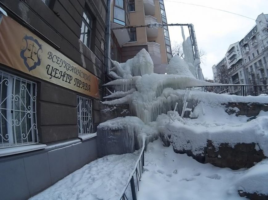В Киеве посреди улицы выросла гигантская сосулька (ФОТО), фото-4