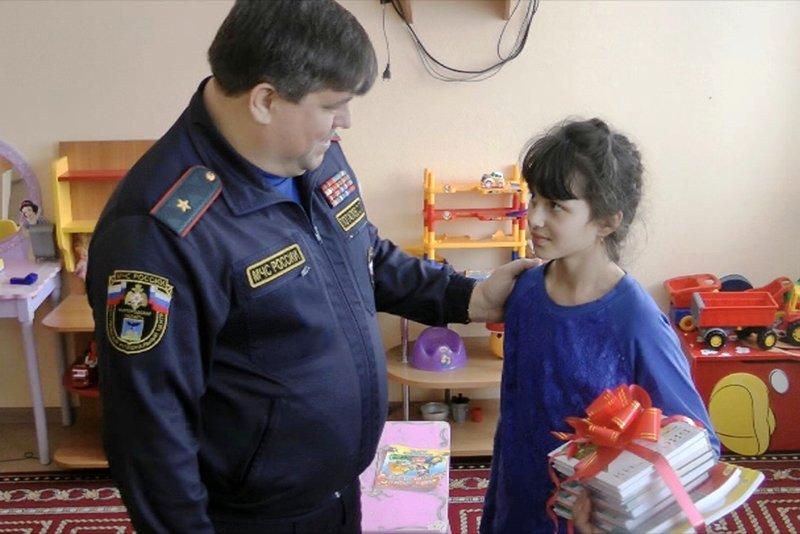 Глава белгородского МЧС навестил в больнице спасшую из пожара детей девочку, фото-1