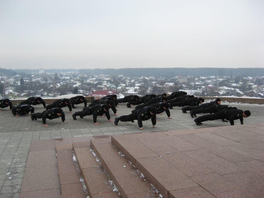 Полицейские Чернигова приняли участие в флешмобе отжиманий, фото-1